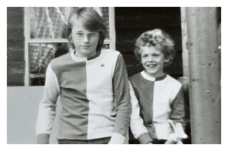 De 'Feyenoorders', broer Johan en ik (links)